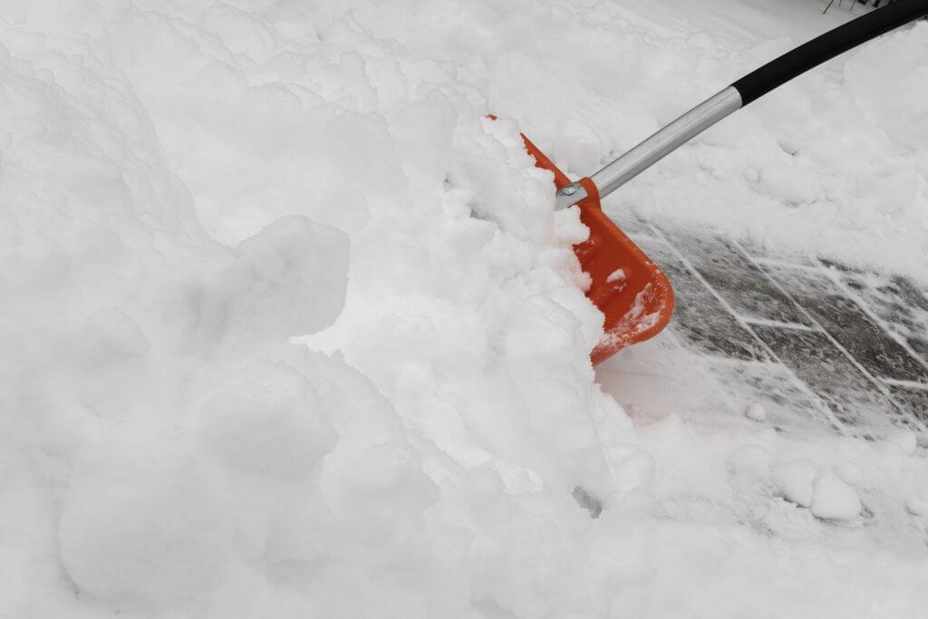 Schneschaufel und Schnee